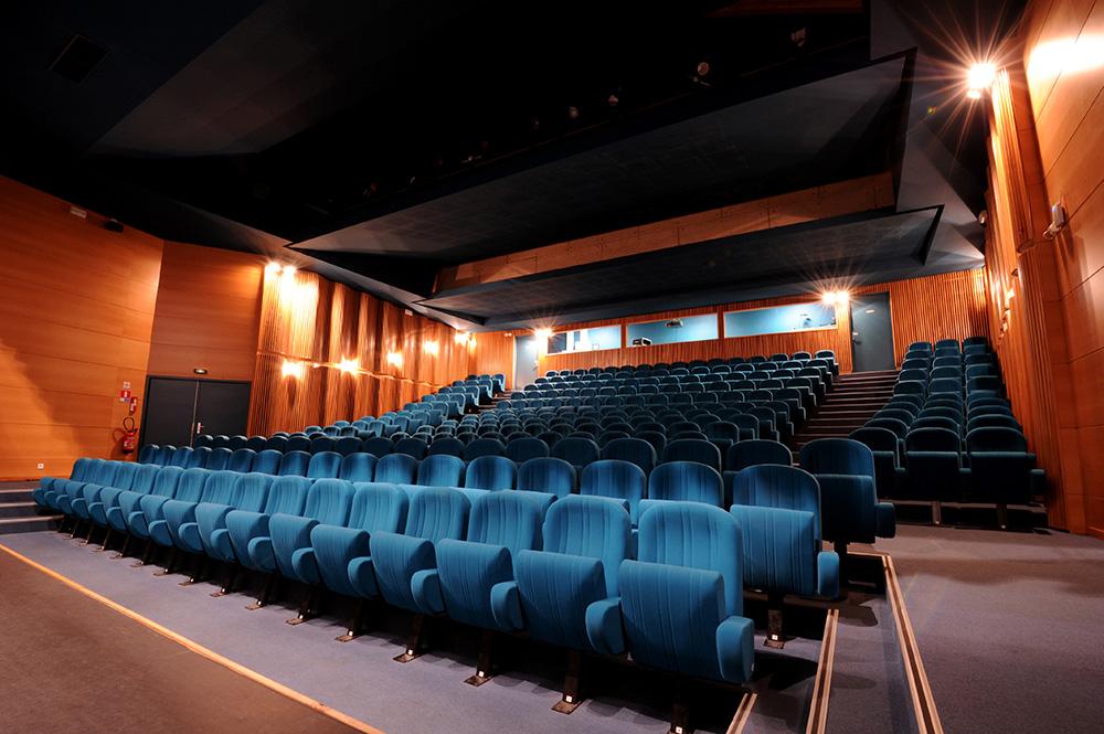 Amphithéâtre de 250 places à louer  à Montrond-les-Bains, près de Saint-Etienne.  Notre amphithéâtre  situé entre Saint Etienne et Roanne, à  30 kilomètres de Saint Etienne, est idéal pour l'organisation de manifestations professionnelles. Les Foréziales est le spécialiste de la location d'amphithéâtre dans la région de Saint Etienne, depuis 2001.