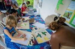 """Enfants et adultes se sont amusés à décorer des sacs en toile """"en oiseaux"""", à utiliser à la place des sacs en plastique."""