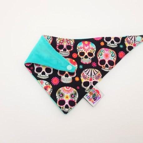 Bavoir bandana têtes de mort mexicaines multicolores. 2