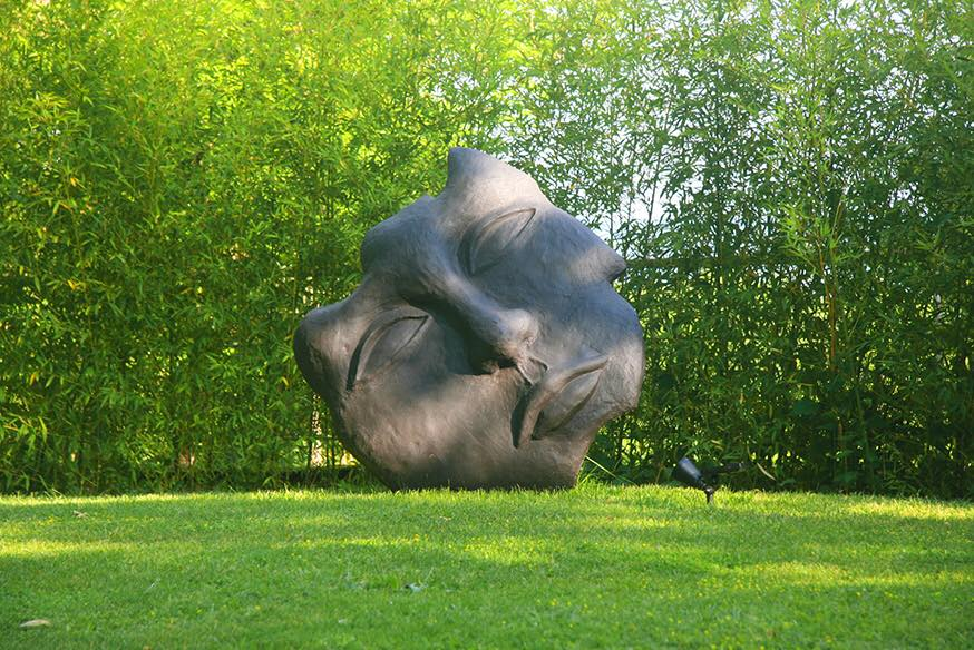 sculpture masque dans le jardin du saulies