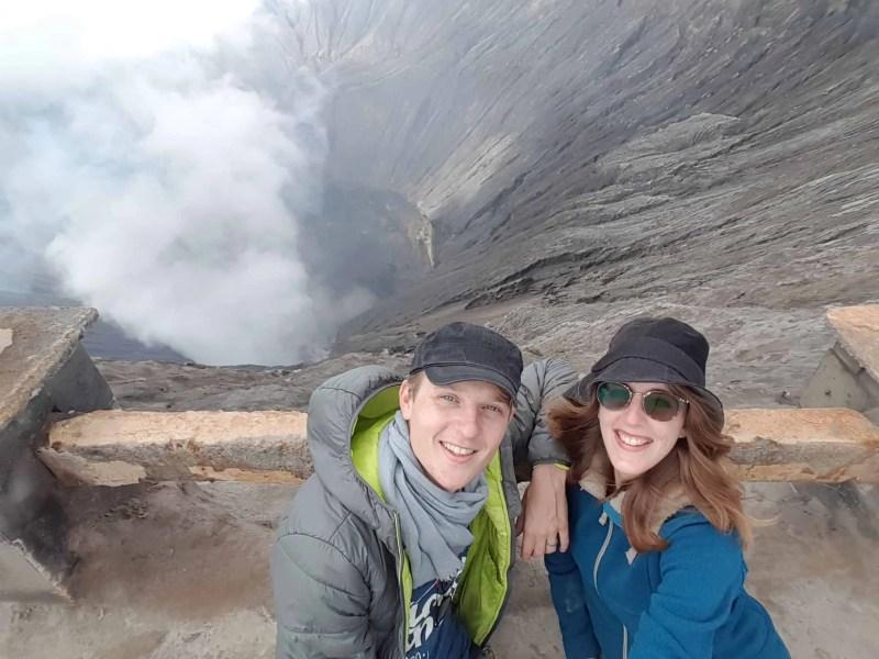 Les Heureux Voyageurs sur le cratère du Mont Bromo, Indonésie
