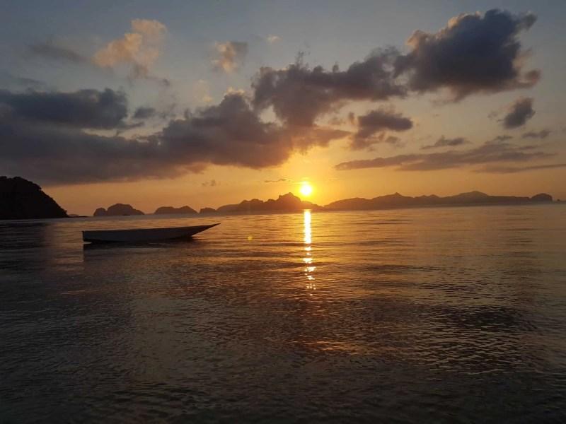 Philippines, Las Cabanas Beach au coucher du soleil 🌅 10