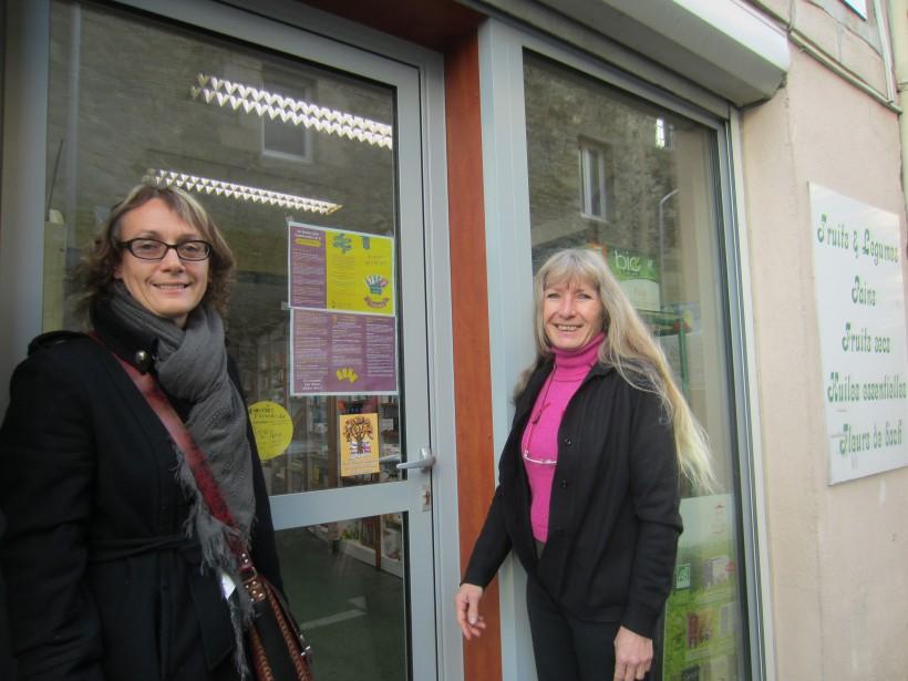 Nathalie Guillemot et Pascale Orlat devant Diététic nature, rue des Herses, où l'on peut adhérer et changer des euros en galais.