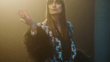 """Clara Luciani célèbre la sortie de son deuxième disque avec le clip de """"Respire Encore"""""""
