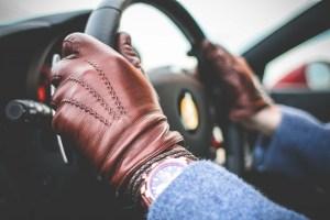 Mains gantées d'un conducteur de voiture