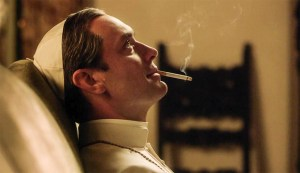 Jude Law dans le role du pape de la série The young pope fumant une cigarette