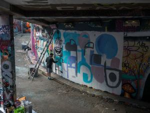 Street-art-Londres-Leake-street-tunnel-Gary-Hirsch-Botjoy-1