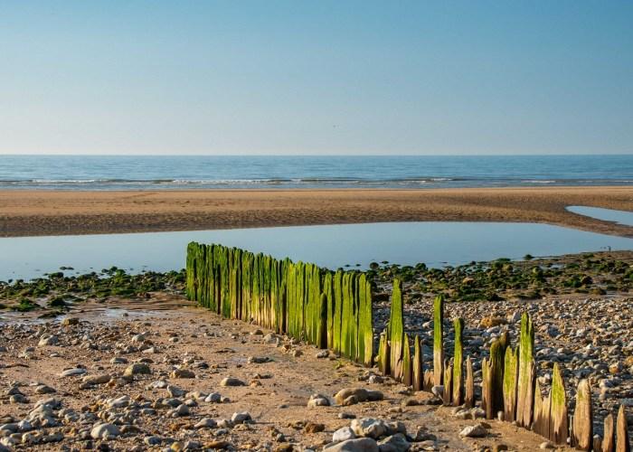 Plage de Villers-sur-Mer avec vue sur la mer et avec brise vague