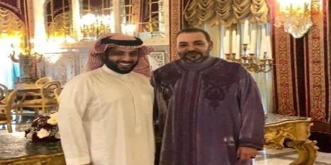 Turki Al Sheikh pose aux côtés du roi Mohammed VI
