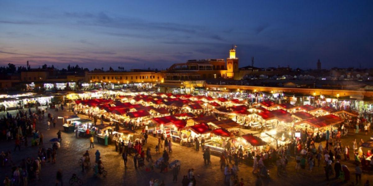 Marrakech: la place Jamaâ El Fna sort de sa léthargie