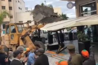Espace public: la façade d'un café démolie à Casablanca (vidéo)