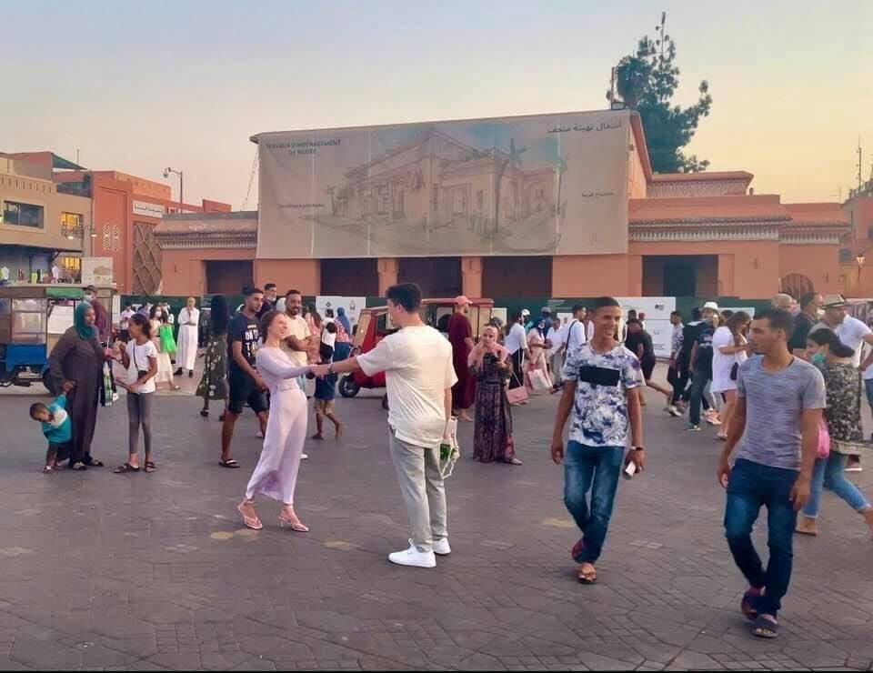 Marrakech: un Américain fait sa demande en mariage à la place Jamâa el fna (PHOTOS)
