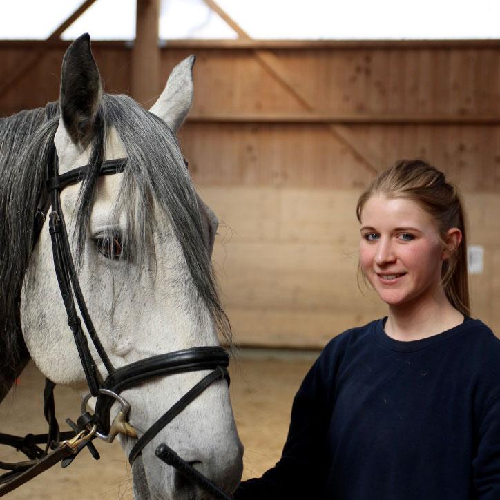 Tabatha centre équestre les kà vuadens, équitation à Bulle, Gruyère. Manège école équitation