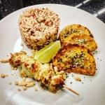 Brochettes de poulet mariné, butternut rôti et mélange de riz sauvage