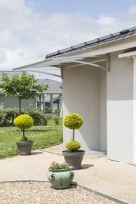 Maison de plain-pied vue de l'extérieur avec une terrasse de 10 m² entourant la maison