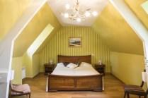Maison périgourdine, vue d'intérieure avec sa suite parentale sous les charpentes