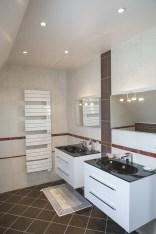 Maison périgourdine, vue d'intérieure avec sa grande salle d'eau moderne et lumineuse avec ses doubles vasques.