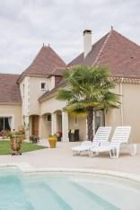 Maison périgourdine montrant la piscine ainsi que le coin jardin et l'aménagement extérieur