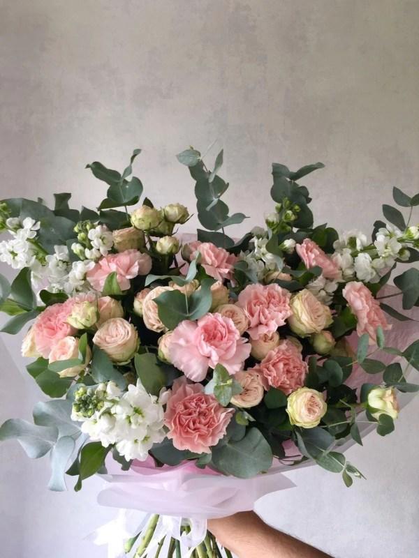 Bouquet d'œillets, roses et eustoma