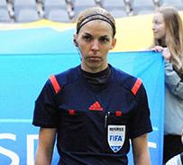 Stéphanie Frappart, arbitre du match Suède-Danemark en avril 2015. Par Anders Henrikson. Licence CC BY 2.0, via Wikimedia Commons
