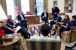 Barack Obama en réunion avec son personnel en 2009. Par Peter Souza, via Wikimedia Commons
