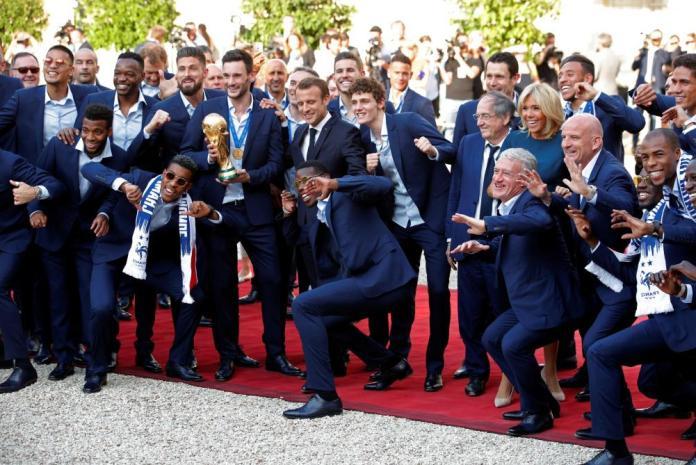 France: Un joueur refuse la bise de Brigitte Macron à l'Élysée (VIDÉO)