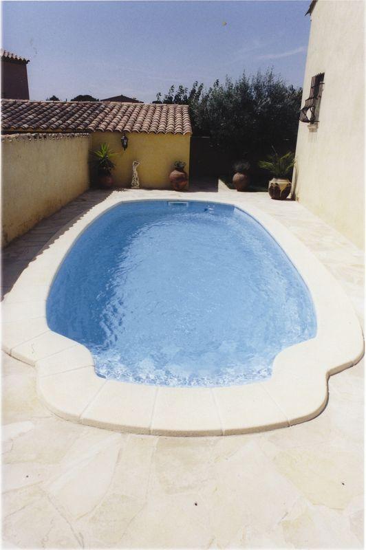 piscine coque polyestere a fond plat de