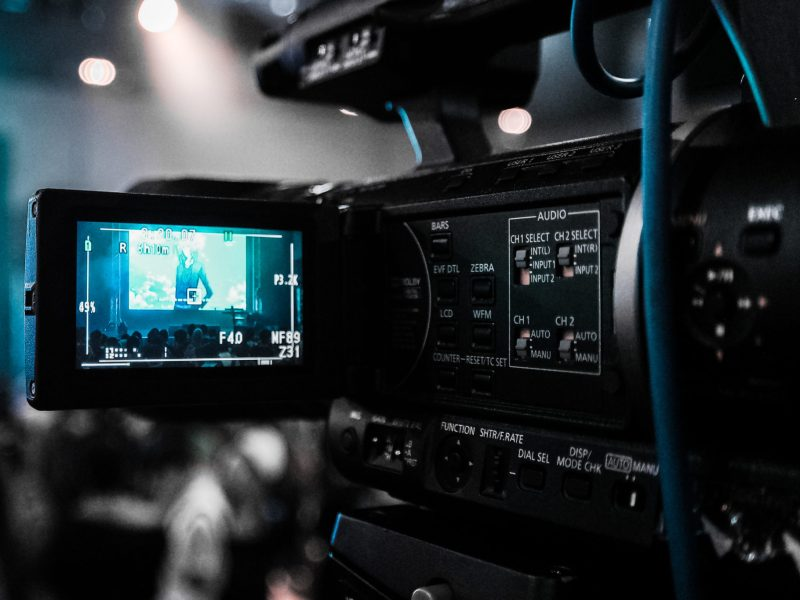 Caméra sur un plateau de télévision, image d'illustration