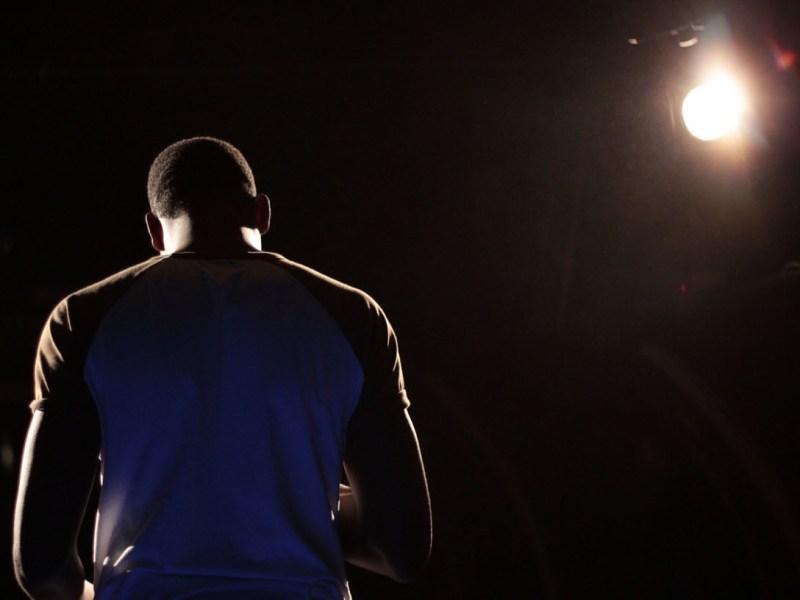 Un artiste stand-up sur une scène à Paris