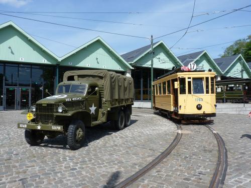 un camion militaire et un tramway évoquant la fin de la deuxième guerre mondiale