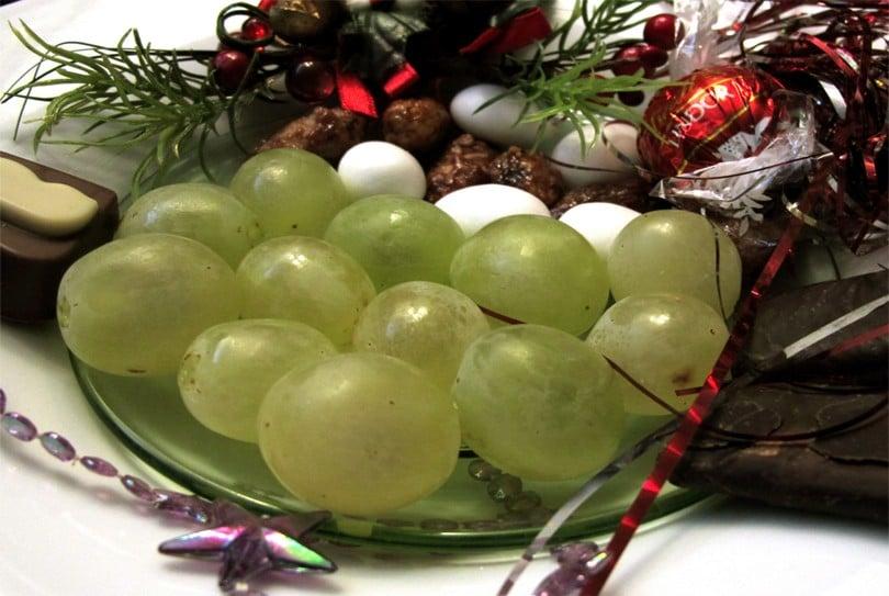 tradition-espagnole-manger-12-grains-de-raisins-810×543