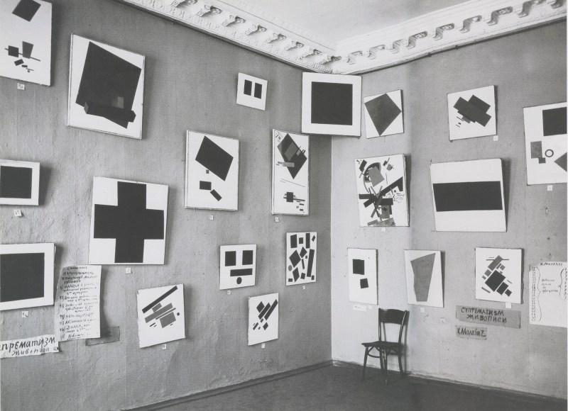 Una sezione di opere suprematiste di Malevich esposte alla mostra 0,10 , Pietrogrado, 1915