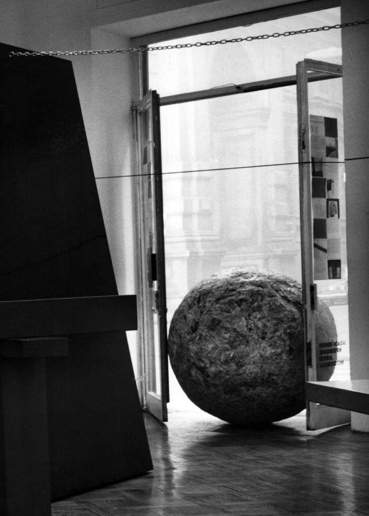 Newspaper Sphere, 1966 (Newspapers Sphere, 1966) Quotidiani pressati, diametro 39 1/3 pollici Per gentile concessione di Cittadellarte - Fondazione Pistoletto, Fotografia di Paolo Bressano The Sphere of Newspapers fa parte delle opere chiamate Minus Objects, ideate dall'artista nel 1965-1966. Qui, la Sfera è raffigurata in occasione della mostra collettiva Con-temp-l'action (Torino, dicembre 1967) che si è svolta contemporaneamente in tre gallerie: Sperone, Stein e Il Punto. Nell'immagine sopra la Sfera è fotografata all'ingresso della Galleria Spur, bloccata nella porta, il che significa che in quella circostanza non dovrebbe entrare in una galleria d'arte.