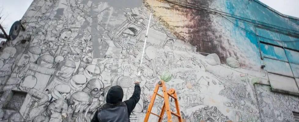 Blu in azione mentre cancella uno dei suoi murales di Bologna (foto Michele Lapini/Eikon studio) (eikon)
