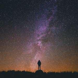 man die kijkt naar een sterrenhemel