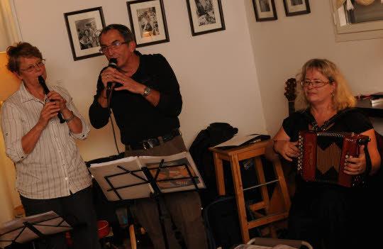 Après Jean-Pierre, l'hôte de la soirée, et Cécile au chant, le cabaret s'est prolongé avec le groupe Mauvaise Langue qui innovait en formule trio et avec des nouvelles chansons.