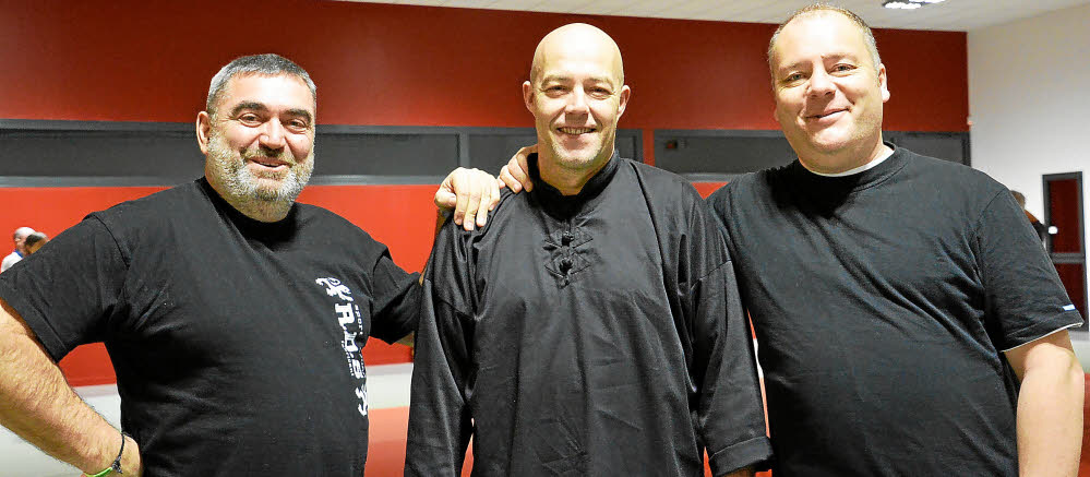 Franck Larchey et Loïc Denis (deuxième et troisième en partant de la gauche), éducateurs qi gong et ba gua zhang, aux côtés de Pascal Castiglione, président des Arts martiaux du golfe.