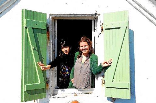 Stéphanie Doroche (à gauche) et Rachel La Prairie ont pris possession du phare pour quinze jours. (Photo Jean-Pierre Blaise)