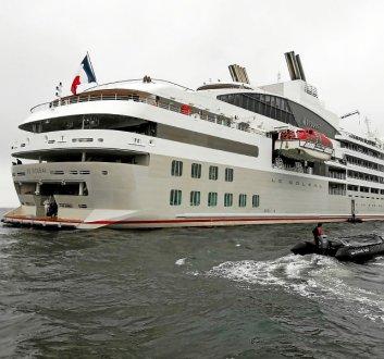 En provenance de Belle-Ile, le paquebot Soléal a fait escale à l'entrée du Golfe du Morbihan.