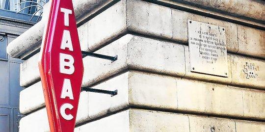 une enseigne rouge portant l inscription tabac a ete installee dans la nuit de vendredi a samedi au pied du metro barbes a paris lieu bien connu pour