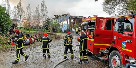 No less than five rescue centers were mobilized Sunday morning to contain the fire.
