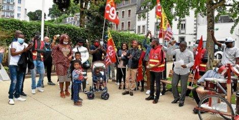 Rassemblement pour les ex-salariés sans papiers d'Aviland et Prestavic à Morlaix, square de la Résistance