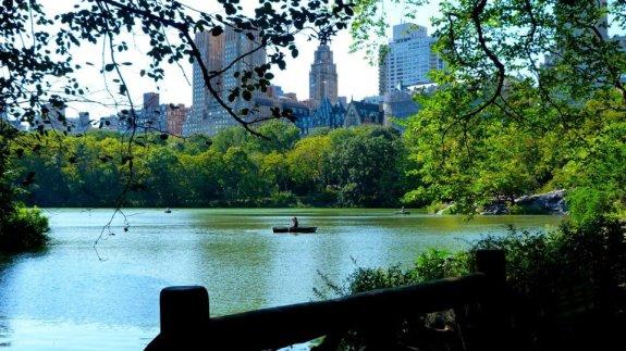 Vue sur l'un des plans d'eau de Central Park barque