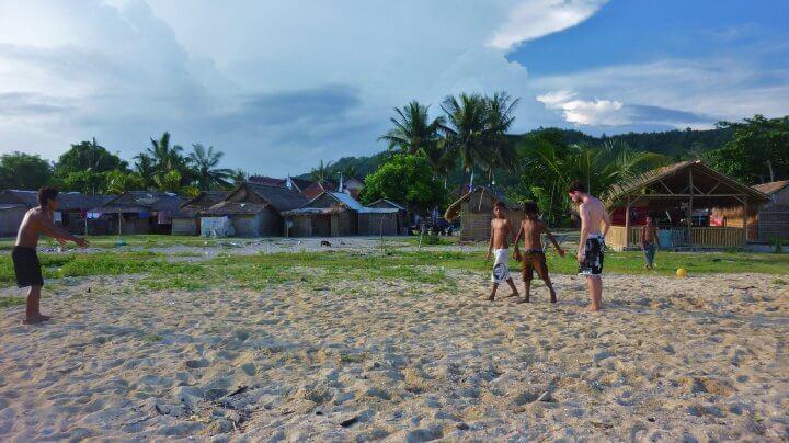 Foot sur la plage de Kuta Lombok carnet de voyage indonésie