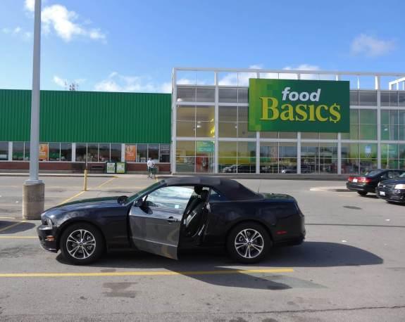nuit sur le parking d'un supermarché Ford Mustang road trip au Canada