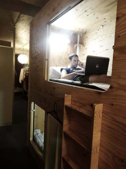 hotel capsule en bois à Tokyo