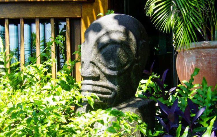 Tiki polynésien dans les jardins du Sofitel Motu