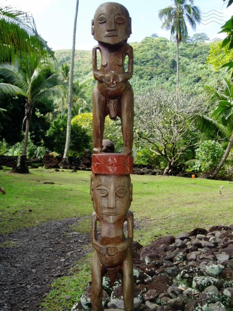 Au marae Arahurahu à Tahiti : tikis aux parties génitales mises en valeur