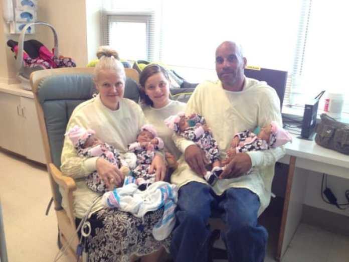 La famille Fugate avec les quatre nouveaux-nés