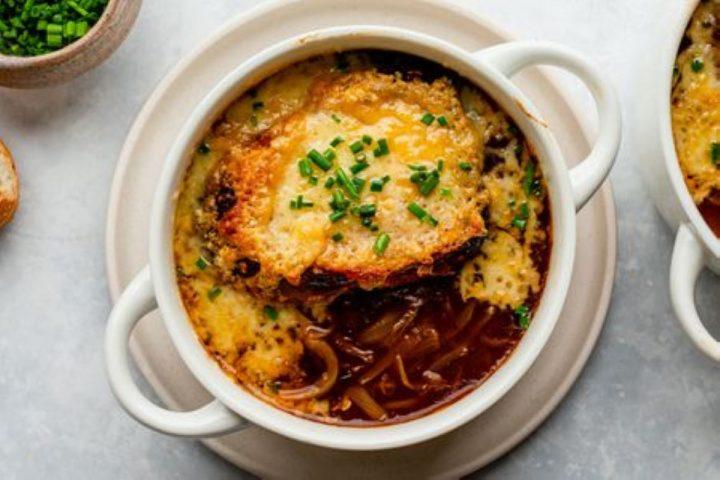 Découvrez la délicieuse recette de la soupe à l'oignon